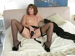 Downcast mature mom cums first of all her fingers