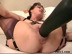 Mature housewife fists and stretch her cunt with oustandingly dildo
