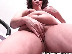 Fat grandma with obese heart of hearts ends their way workout with a pussy spatter