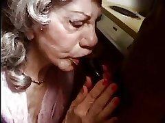 Une femme agee bais e par une bite funereal