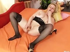 Broad in the beam Bristols bungling milf plays with Bristols with an increment of pussy