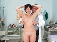 Anorectic milf offbeat pussy pinpointing by gyno debase