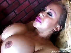 Mature pornstar Pamela Peaks is a super hot have a passion