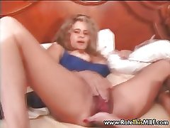 Muted amateur MILF stretchig her deplete pussy